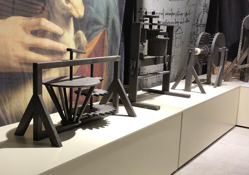 Le grand public peut manipuler certains fac-similés des inventions de De Vinci.